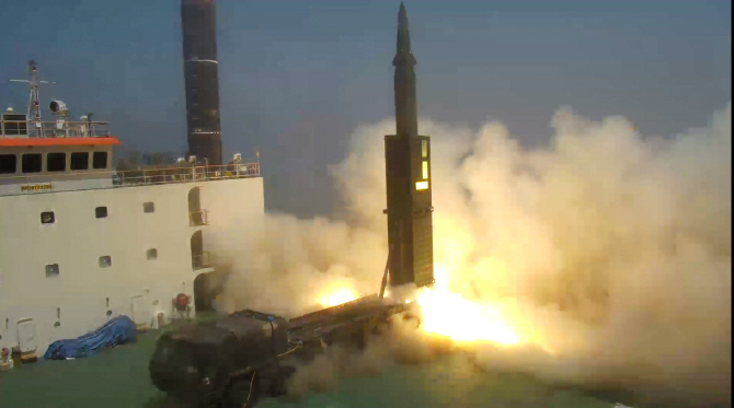Hyunmoo-2, a new homegrown ballistic missile with a range of 800 kilometers, is test-fired from a mobile launch pad at a test site of the Agency for Defense Development in Anheung. (image: Min. of National Defense)