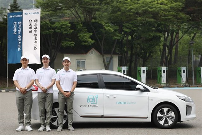 In this photo taken on July 17, 2017, Hyundai Motor employees stand before the carmaker's charging service vehicle in Seoul. (Image: Hyundai Motor)