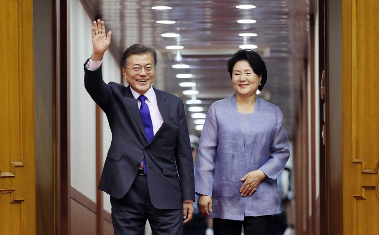 President Moon Jae-in and first lady Kim Jung-sook wave upon arrival at Seoul Air Base in Seongnam, south of Seoul, on July 10, 2017, after attending the Group of 20 summit in Germany. (image: Yonhap)
