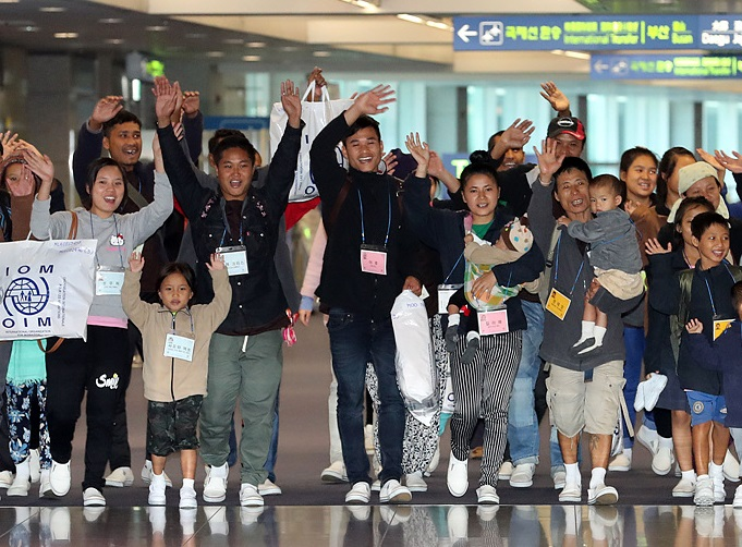 This file photo taken on Nov. 2, 2016, shows a group of Myanmarese refugees arriving at Incheon International Airport. (image: Yonhap)