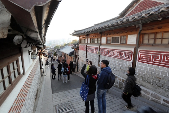 Due to the increased gentrification of the Bukchon area in the heart of Seoul, where the famous hanok village is located, neighborhood businesses catering to residents have begun to close shop. (Image: Yonhap)