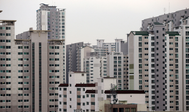 Compared to other common disputes between residents in apartments such as noisy neighbors, secondhand smoke wafting up through bathroom pipes and open windows is harder to reconcile merely due to the fact that it is almost impossible to identify which apartment suite the smoke is coming from. (Image: Yonhap)