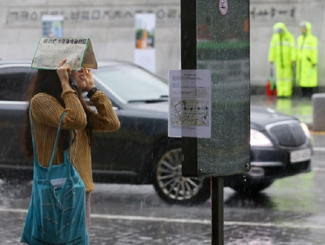 The unending public outcry against the KMA's repeated forecast blunders and the emergence of an online movement encouraging the use of foreign weather channels forced its hand, according to industry insiders. (Image: Yonhap)