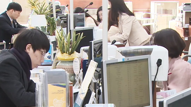 Bank tellers will present the option for paper-based passbooks (bank ledgers) and customers will make the decision to apply for one or go without. (Image: Yonhap)