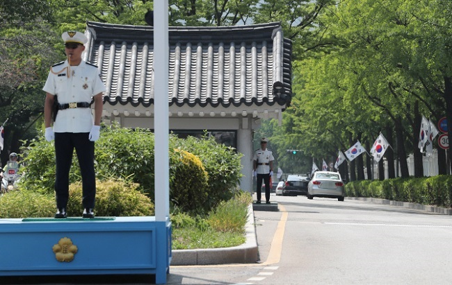The move is in part motivated by the surge in Koreans and foreigners who have visited the Blue House gates since June. (Image: Yonhap)