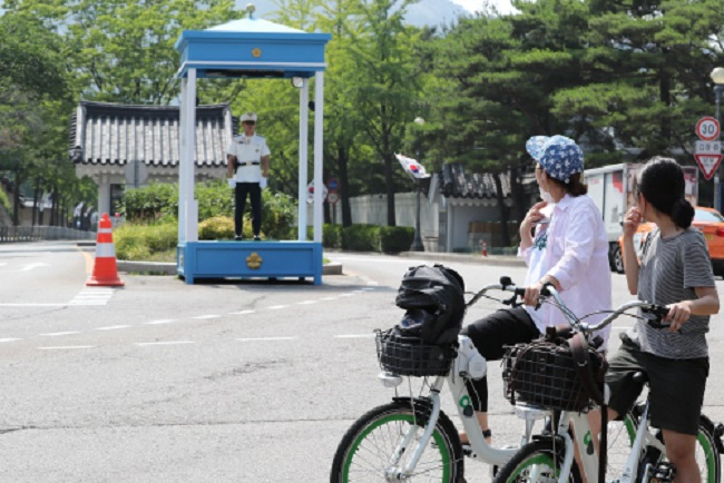 According to the Seoul Metropolitan Government, bikers will be able to lap Gyeongbokgung Palace in under 30 minutes starting in mid-September. (Image: Yonhap)