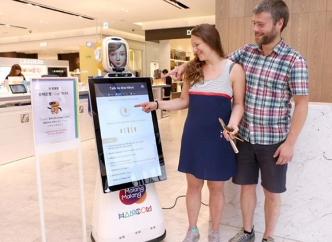 The new 'shopping bot', which is the first in the distribution industry, has the exterior appearance of a typical robot, but is equipped with a large touchscreen tablet on the front. (Image:Hancom)