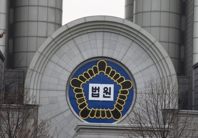 A new economic report has argued that a score of South Korean conglomerates fighting legal battles with labor unions over so-called 'ordinary wages' could be forced to pay out as much as 8 trillion won under the worst-case scenario.