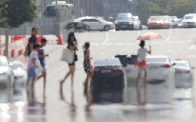 According to the Korea Centers for Disease Control and Prevention (KCDC), over 1,200 people fell ill due to the nationwide heat wave, which also resulted in six fatalities. (Image: Yonhap)
