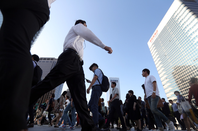 According to the report released on Sunday by the Korea Employment Information Service (KEIS) on the job stability of salaried workers, 42 percent of office workers in South Korea leave their job within a year, while 57.6 percent stick to their job for longer than a year. (Image: Yonhap)