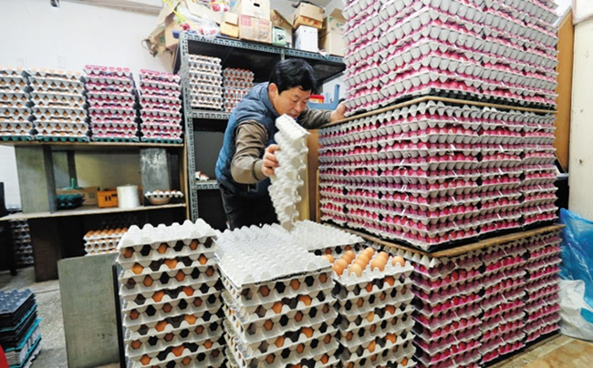 Egg sales at the country's largest discount store chain E-Mart from Wednesday to Saturday declined 40 percent compared to the same period the previous week, its operator E-Mart Inc. said. (Image: Yonhap)
