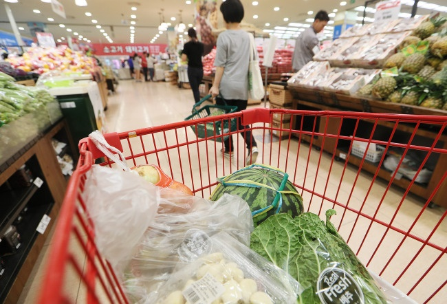 As the long-term economic slump continues in South Korea, price-competitive fruits that might not meet conventional beauty standards are proving popular among South Korean consumers. (Image: Yonhap)