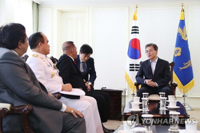 """""""I am very happy to see that South Korea-Indonesia relations are expanding,"""" Moon said, according to his top press secretary Yoon Young-chan. """"I hope such cooperation will further expand to help strengthen (Indonesia's) defense capabilities."""" (Image: Yonhap)"""