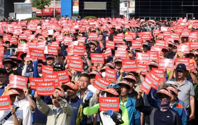 A new economic report has argued that a score of South Korean conglomerates fighting legal battles with labor unions over so-called 'ordinary wages' could be forced to pay out as much as 8 trillion won under the worst-case scenario. (Image: Yonhap)