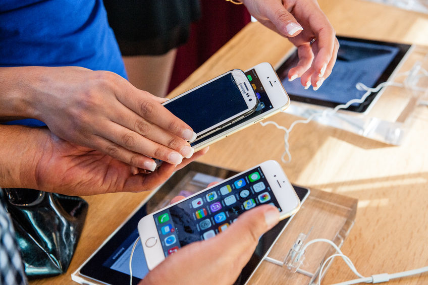 Findings from a study released by market researcher Strategy Analytics on Tuesday revealed that from last November to July this year, the prices of iPhone 7 handsets traded on the French used mobile website Love2Recycle did not drop as precipitously as those of its South Korean rival, the Galaxy S7. (Image: Kobiz Media)