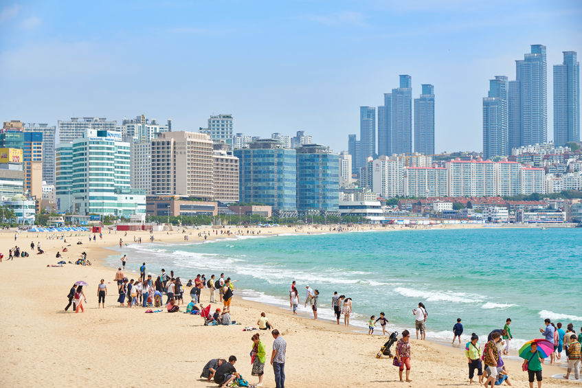 SK Telecom is using big data to more accurately calculate the number of beachgoers that flock to Haeundae Beach in Busan every year. (Image: Kobiz Media)