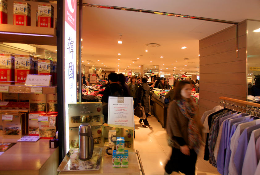 According to industry sources, representatives of major duty-free stores including Lotte, Shilla and Shinsegae at South Korea's largest international airport met on Wednesday with Incheon Airport CEO Chung Il-young to discuss the growing economic repercussions caused by the lack of Chinese tourists, and negotiate a drop in rent to cushion the damage. (Image: Kobiz Media)