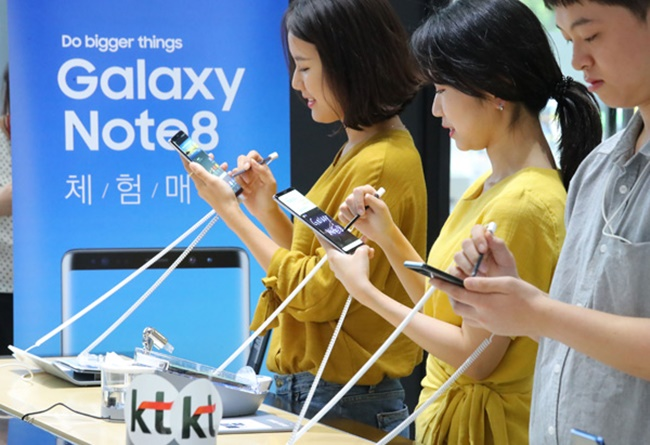 As the Galaxy Note 8 awaits release next month, fans of Samsung's flagship phone are reacting warmly to some of the device's new features, including the S pen's GIF-making function, and the rear-facing camera's live focus ability. (Image: Yonhap)