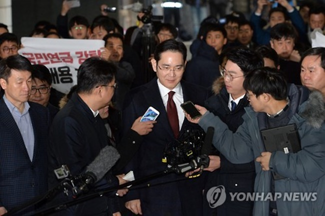 The Seoul Central District Court handed down the verdict, saying Lee is believed to have been involved in Samsung's provision of 7.2 billion won (US$6.38 million) in bribes for the equestrian training of the daughter of Park's longtime friend and confidante Choi Soon-sil. (Image: Yonhap)