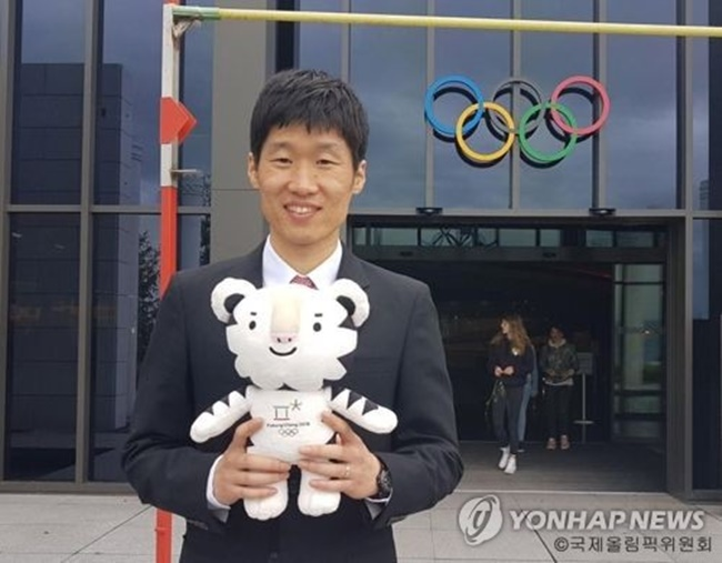 In this undated photo captured from the International Olympic Committee's Facebook page, former South Korean football star Park Ji-sung poses with Soohorang, the mascot for the 2018 PyeongChang Winter Olympics. (Image: Yonhap)