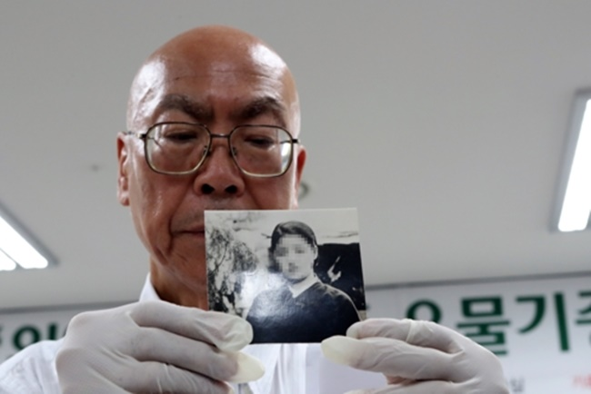 Jikai Taketomi, an official from a private war archive in Japan, offered some 30 photos, letters and other articles from World War II to the state-run National Memorial Museum of Forced Mobilization under Japanese Occupation in Busan. (Image: Yonhap)