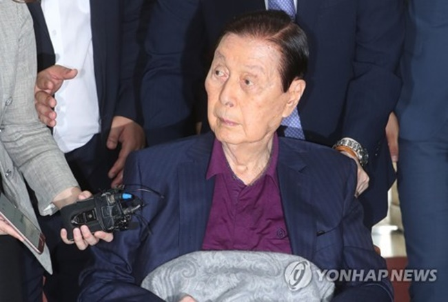 Shin Kyuk-ho, founder of South Korea's fifth-largest business group Lotte, arrives at the Seoul Central District Court in the capital in a wheelchair on July 19, 2017, to stand trial over a string of corporate crime allegations. (Image: Yonhap)