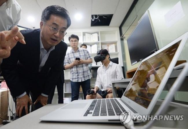 Finance Minister Promises Easier Environment for Startups