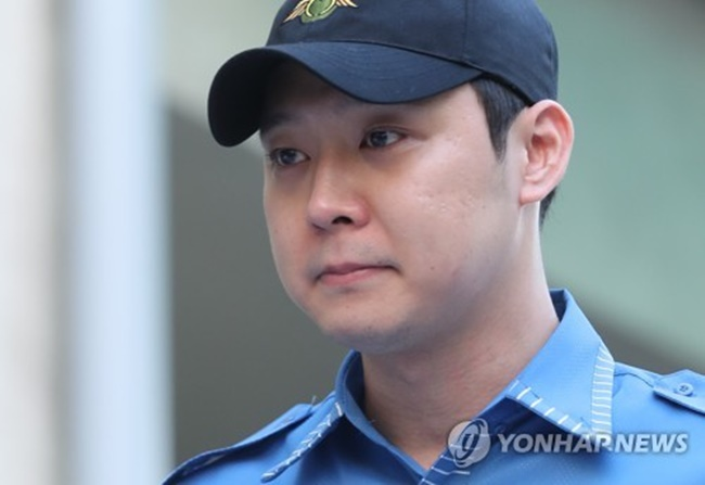 Actor-singer Park Yu-chun leaves Gangnam District Office in southern Seoul after getting discharged from his mandatory military service on Aug. 25, 2017. (Image: Yonhap)