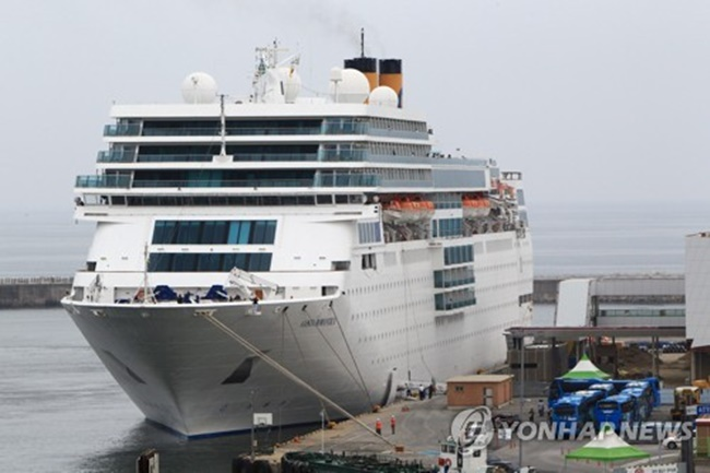 A cruise ship carrying Japanese passengers is docked at Sokcho Port, east of Seoul, on May 31, 2017. (Image: Yonhap)