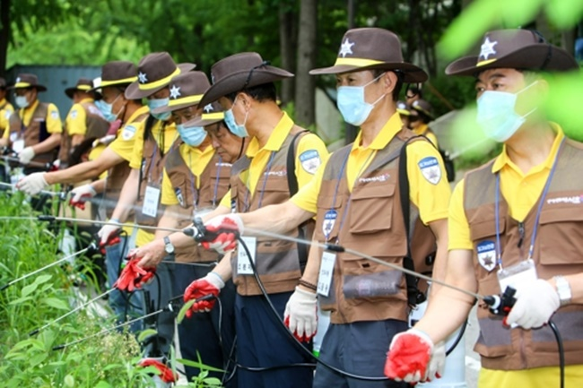 Last month, the mosquito guards followed a special training program from the Seocho District Office, where members were taught by professional pest control officers about locating and preventing mosquito larvae growth and how to use pesticide sprays. (Image: Seocho District)