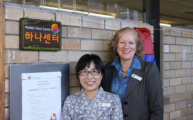 Hee-Jung Choi(L), teacher of the Korean Hana Centre and Hilary Hughes(R), headmaster of the NSW School of Languages. (image: Yonhap)