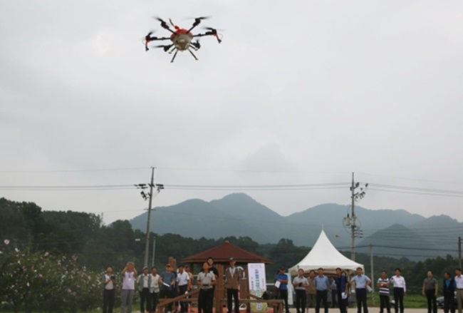 A trial performance of an agricultural drone took place yesterday in in North Chungcheong Province's Okcheon County, with the unmanned aerial vehicle (UAV) spraying pesticides over one hectare of land in 10 minutes and leaving rice farmers impressed.(Image: Yonhap)
