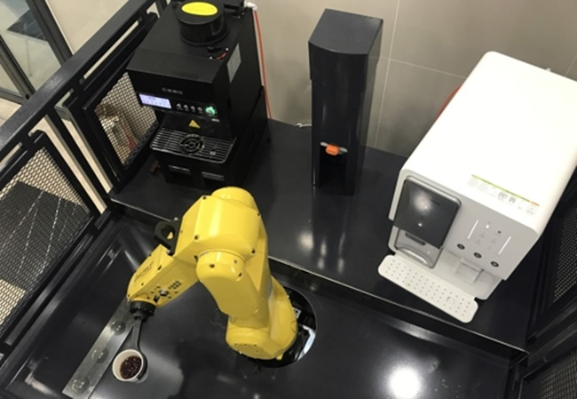 A South Korean robotics company has revealed an unmanned barista that is capable of all stages of coffee making from taking orders and making coffee to serving customers, a device that some speculate could replace coffeehouse workers in the near future. (Image: Yonhap)