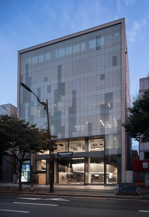 Standing tall with a gross floor area of 1,918 square meters, the striking store is a trendy-looking five-storey building sporting an all-glass facade, leaving onlookers with a luxurious impression. (Image: LG Electronics)