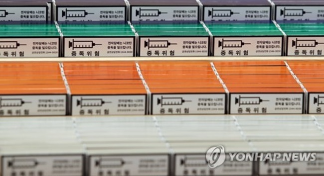 With the South Korean government likely to raise taxes on heat-not-burn (HNB) tobacco products, an increasing number of vapers are stocking up on HNB type e-cigarettes. (Image: Yonhap)
