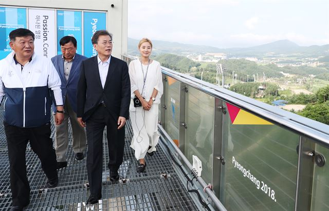 President Moon Jae-in began his summer vacation with a trip to PyeongChang, highlighting his support for the upcoming Winter Olympic Games. (image: Cheong Wa Dae)