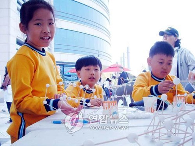 North Jeolla Province's annual science festival is back this year for the 12th time and will kick off on Friday, helping to teach children the fundamentals of science and raising public overall interest in the discipline.(Image: Yonhap)