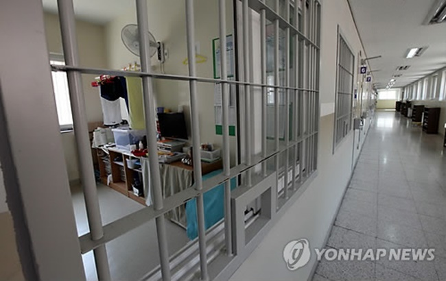 Shocking findings from an OECD report show that South Korea had nearly 2,000 inmates per prison as of the end of June, giving it the dubious distinction of being the country with the most overcrowded prisons among OECD member nations. (Image: Yonhap)