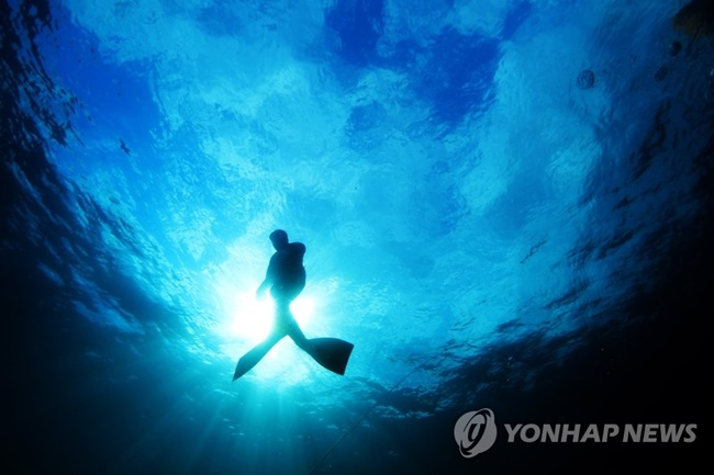 According to a new ordinance enacted by the Jeju provincial government last month, aging haenyeo divers, who are also recognized as an intangible cultural heritage by UNESCO, will receive a monthly allowance of either 100,000 or 200,000 for those aged above 70 and 80, respectively. (Image: Yonhap)