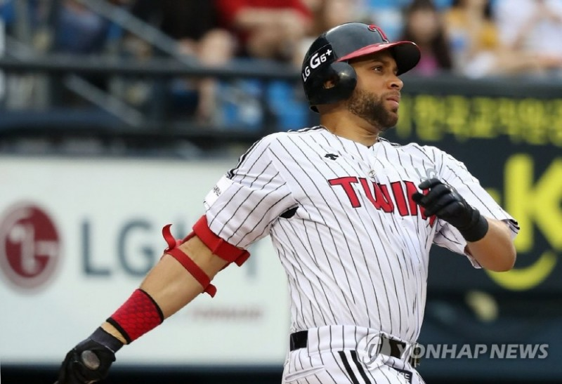 Former MLB Player James Loney Finds Transition to S. Korea 'Pretty Easy'