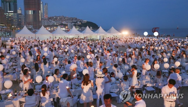 An international flash mob dining event successfully took place at Haeundae Beach in Busan over the weekend. (Image: Yonhap)