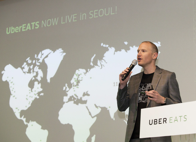 Allen Penn, Asia Pacific's head of UberEATS, talks to the Korean press at the press conference held in Seoul on Aug. 10, 2017. (image: Yonhap)