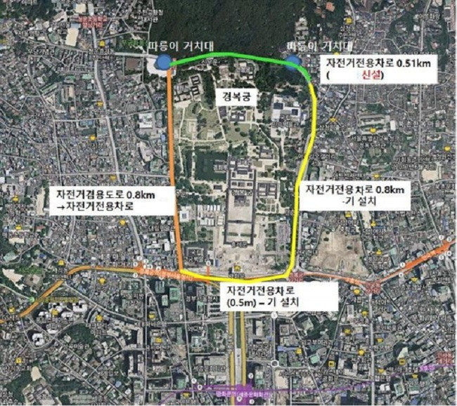 After opening the once prohibited road that runs in front of the Blue House to civilians in June, Seoul is taking a step further by announcing plans to convert a portion of the roads and paths around Gyeongbokgung Palace into bike paths. (Image: Yonhap)