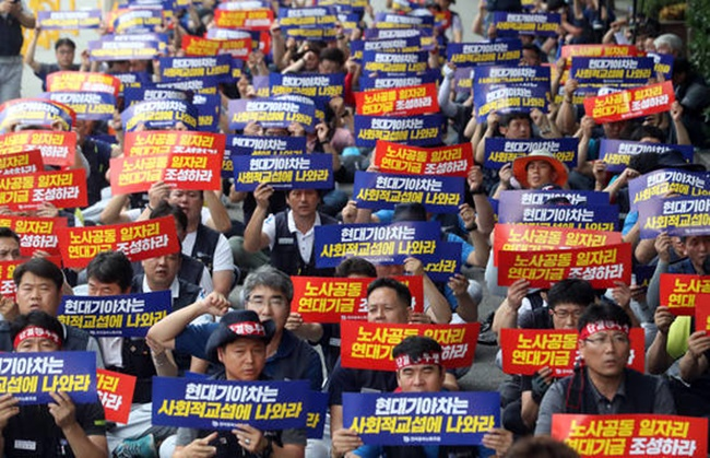 In addition to the ongoing lawsuit, the labor union of South Korea's second-largest car maker launched a partial strike earlier this week, following in the footsteps of its sister company Hyundai Motor, demanding better working conditions. (Image: Yonhap)