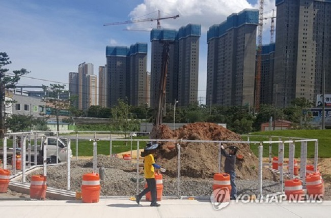 Which is why the city announced on August 24 that it has begun the construction of a ring of fire-resistant glass and a platform around the fire in order to turn it into a local must-see attraction.   (Image: Yonhap)