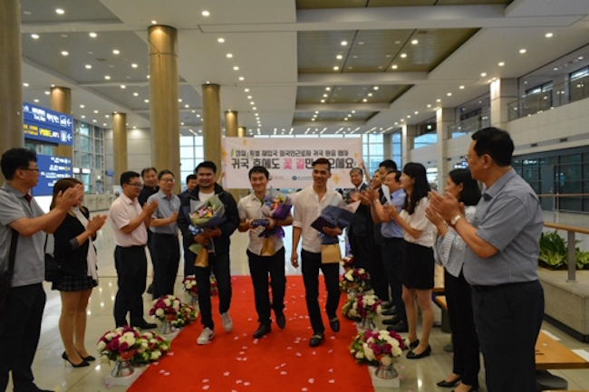 Foreign workers walked a red carpet strewn with flowers at Incheon International Airport yesterday as employees from the Human Resources Development Service of Korea and the embassies of Thailand, and Vietnam cheered on. (Image: Human Resources Development Service of Korea)