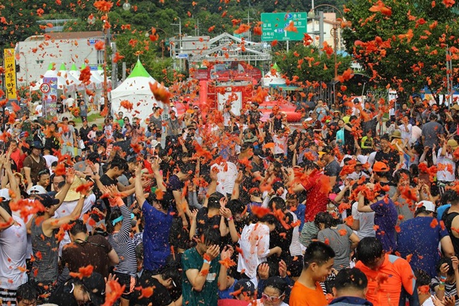 The study, conducted by the Sewon Economic Policy Research Institute at the request of the Hwacheon County government, discovered that the county's annual tomato festival brought in 6.7 billion won to the local community this year. (Image: Yonhap)
