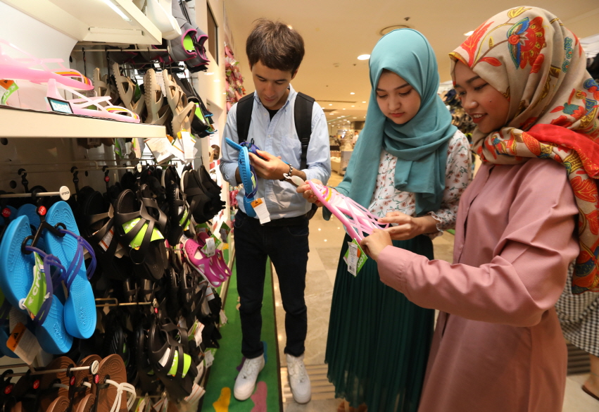 Muslim tourists looking at products at Lotte Department Store in Seoul. (image: Lotte Department Store)