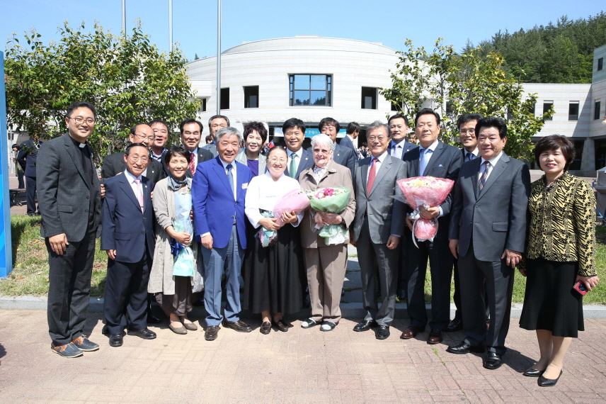 Sister Marianne Stoeger (C, front) from Austria poses for a photo with people including President Moon Jae-in (2nd from R, front), then former leader of the ruling Democratic Party, after receiving honorary citizenship of the southwestern South Korean town on May 16, 2016. (image: Goheung County Office)