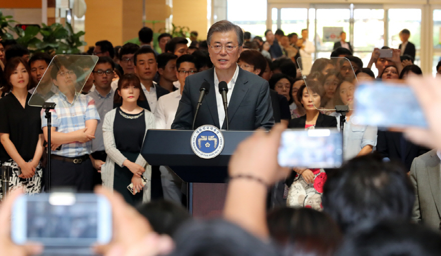 President Moon Jae-in announces the government's plan to overhaul the national health insurance system at Seoul St. Mary's Hospital, on Aug. 9, 2017. (image: Yonhap)